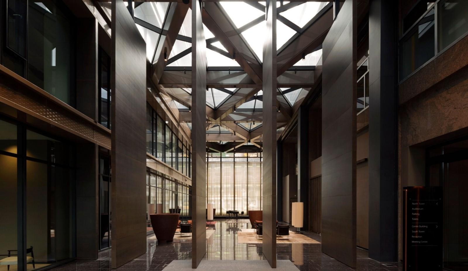 Door Harryvan in The New Atrium in Amsterdam gerealiseerde grote taatsdeuren van bijna 8 meter hoog en 500 kilogram per stuk, voorzien van onzichtbare taatsscharnieren van FritsJurgens.